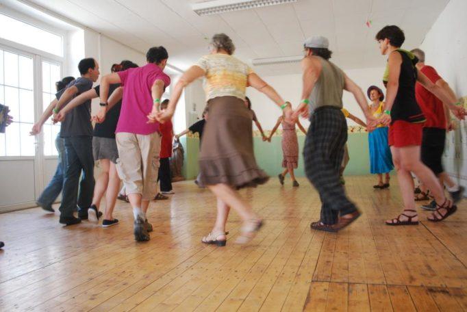 Initiation aux danses Folk (Niveau débutant) @ Salle polyvalente